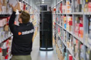 Ludzie i roboty wspólnie pracują w magazynach Zalando, fot. mat. prasowe