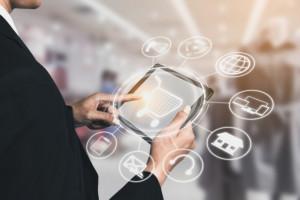 Konsumenci w całym procesie zakupowym zwracają się w stronę kanału cyfrowego. Fot. Shutterstock