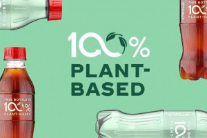 Coca-Cola zaprezentowała butelkę, która została wyprodukowana w 100 proc. z plastiku uzyskanego z materiałów roślinnych, fot. mat. pras.