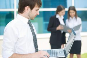 Zdecydowanie najpopularniejszą zachętą stosowaną przez polskich pracodawców (60%) są szkolenia, rozwój umiejętności i opieka mentorska. Fot. Shutterstock